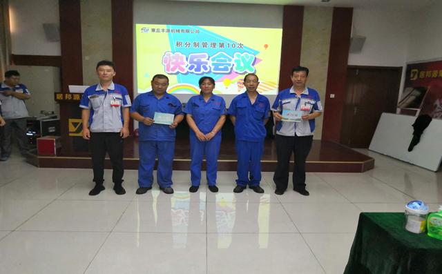 公司为员工们颁发车辆通行证。